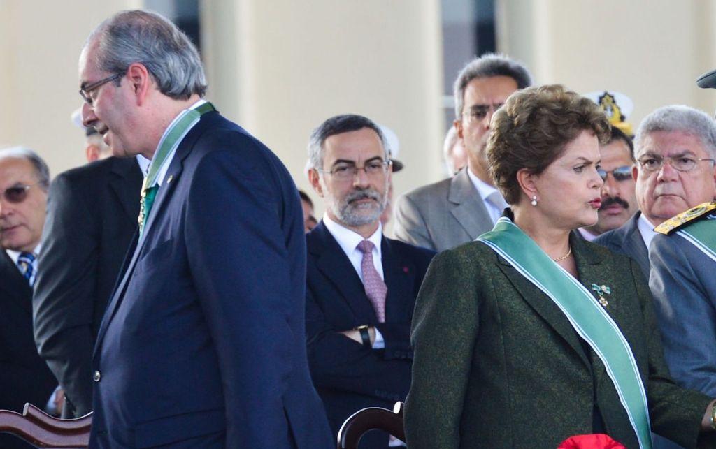 A Presidenta Dilma Rousseff e o ministro da Defesa, Jaques Wagner, participam da cerimônia comemorativa do Dia do Exército, no Setor Militar Urbano (Antônio Cruz/Agência Brasil)